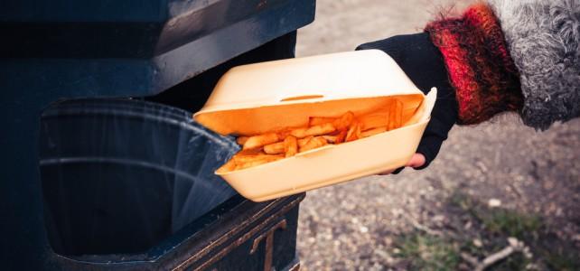 Průzkum: Čtyři lidé z deseti vyhazují pravidelně jídlo, nejvíce mladí do 24 let