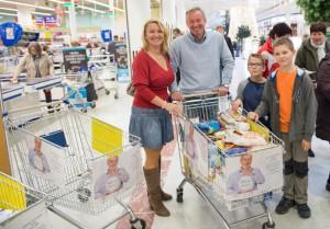 Na nákup se vydala i Martina Šilhánová, CSR manažerka společnosti Tesco ČR, s rodinou. Foto: Filip Singer, Bps