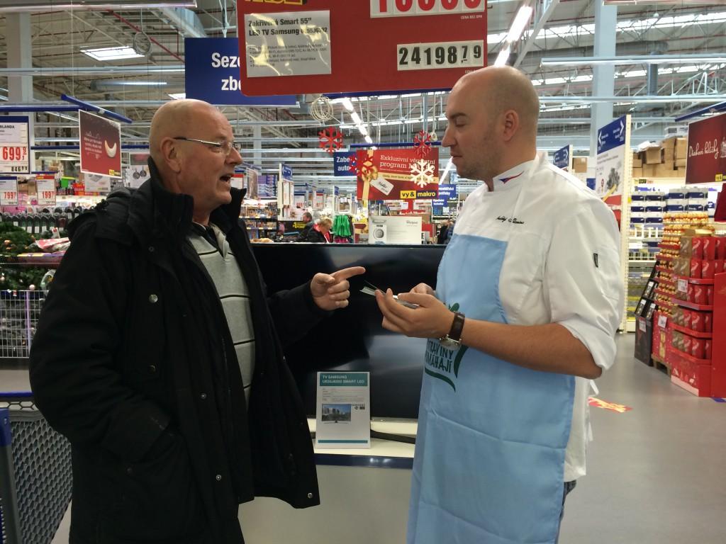 Šéfkuchař Ondřej Slanina radil s nákupem pro sbírku v Makru na pražském Černém Mostě.