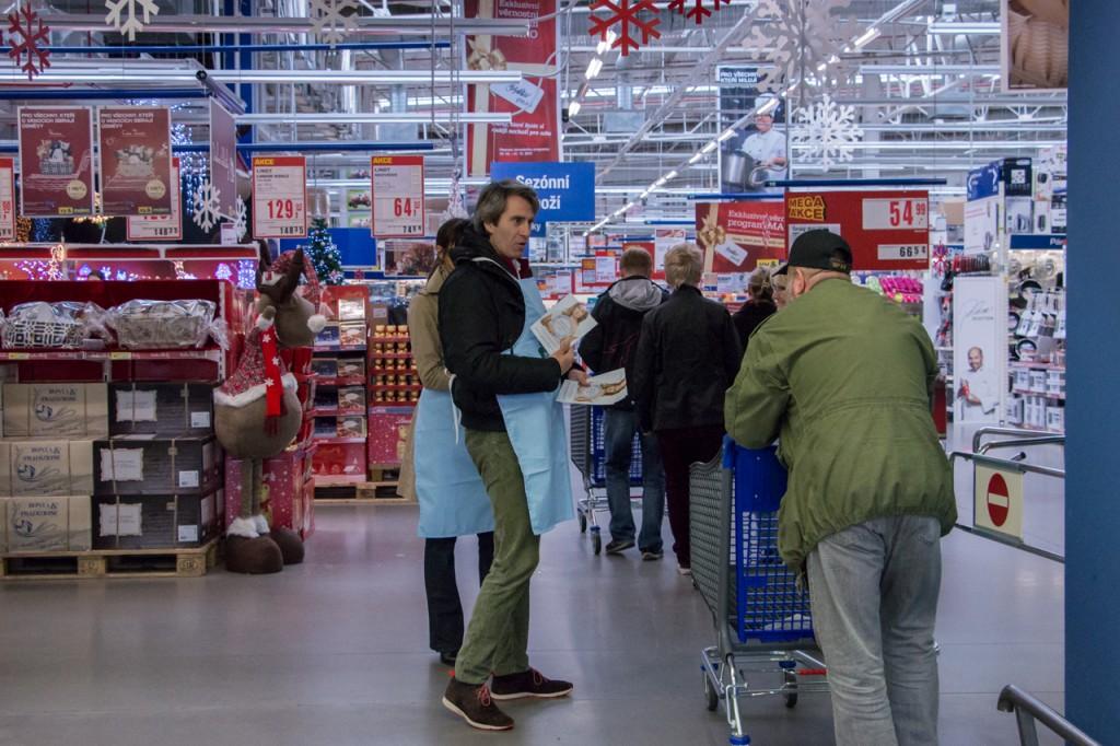 V Makru ve Stodůlkách pomáhal s nákupy pro potravinovou sbírku i generální ředitel Guillaume Chêne.