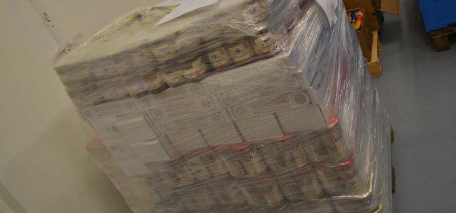 Kostelecké uzeniny darovaly potřebným 450 kg masných konzerv